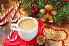 Kopp kaffe med julsötma Royaltyfria Bilder