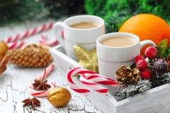 Kopp kaffe med julsötma Arkivfoto
