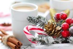 Kopp kaffe med julsötma Royaltyfria Foton