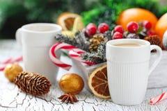 Kopp kaffe med julsötma Arkivbilder