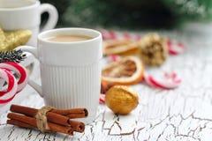 Kopp kaffe med julsötma Arkivfoton