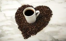 Kopp kaffe med kaffebönor Royaltyfria Bilder