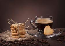 Kopp kaffe med kakan Arkivfoto