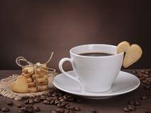 Kopp kaffe med kakan Arkivbilder