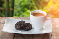 Kopp kaffe med kakan på tabellen Royaltyfri Fotografi