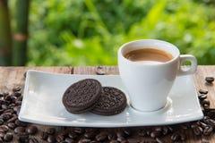 Kopp kaffe med kakan på tabellen Arkivbilder