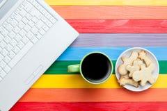Kopp kaffe med kakor och bärbara datorn Arkivbild