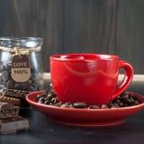 Kopp kaffe med kex och choklad på en svart bakgrund Royaltyfria Foton