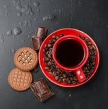 Kopp kaffe med kex och choklad på en svart bakgrund Royaltyfri Foto