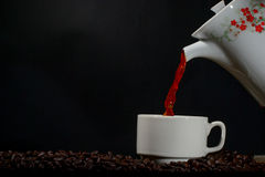 Kopp kaffe med krukan Arkivbild