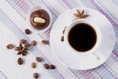 Kopp kaffe med mandelkakan royaltyfria foton