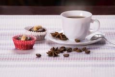 Kopp kaffe med mandelkakor arkivbilder
