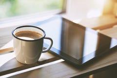 Kopp kaffe med minnestavladatoren royaltyfri fotografi