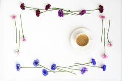 Kopp kaffe med modellen från kronblad av vildblommor royaltyfri fotografi