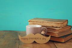 Kopp kaffe med mustaschen Father& x27; s-dagbegrepp Royaltyfria Foton