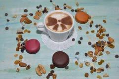 Kopp kaffe med muttrar och makron Royaltyfri Foto