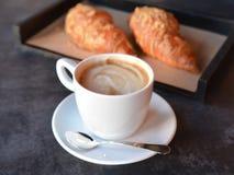 Kopp kaffe med nytt bakade giffel royaltyfria foton