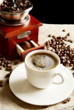 Kopp kaffe med påsen, kaffebönor på linlinne Royaltyfri Bild
