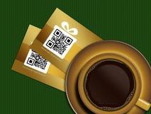 Kopp kaffe med rabattkuponger på bordduk Royaltyfri Fotografi