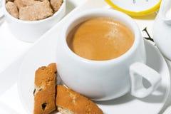 Kopp kaffe med sötsaker för efterrätten, bästa sikt för closeup arkivfoto