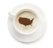 Kopp kaffe med skum och pulver i formen av USA (serie) Arkivbilder