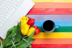 Kopp kaffe med tulpan och anteckningsboken Royaltyfri Foto