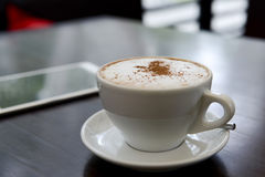 Kopp kaffe medan arbete med en minnestavla Arkivbilder