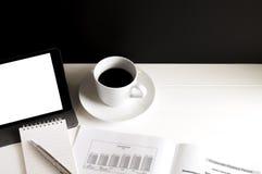 Kopp kaffe, minnestavla, databok, notepad och penna Arkivbild