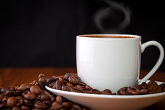 Kopp kaffe mot mörk bakgrund Royaltyfri Bild