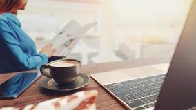 Kopp kaffe- och anteckningsbokmobil royaltyfria foton