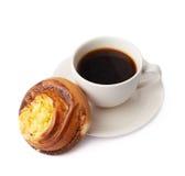 Kopp kaffe- och bakelsesammansättning arkivfoto