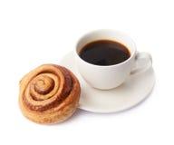 Kopp kaffe- och bakelsesammansättning royaltyfria bilder