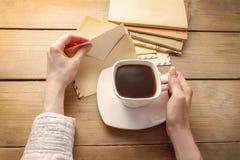Kopp kaffe och bokstäver från forntiden Fotografering för Bildbyråer