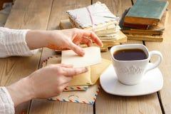 Kopp kaffe och bokstäver från forntiden Arkivfoton