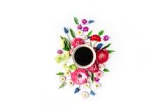 Kopp kaffe och bukett av blommor som isoleras på vit bakgrund Royaltyfri Fotografi