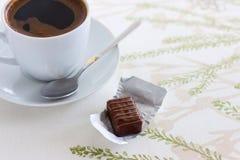 Kopp kaffe- och chokladgodis Arkivbilder
