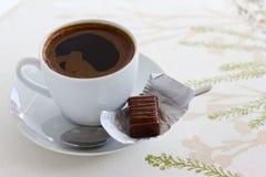 Kopp kaffe- och chokladgodis Royaltyfri Bild