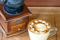 kopp kaffe och en cofffeemolar arkivfoton
