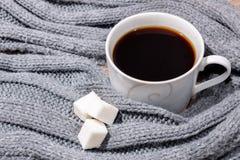 Kopp kaffe och en halsduk Arkivbild