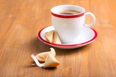 Kopp kaffe och förmögenhetkaka Royaltyfria Bilder