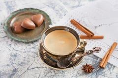 Kopp kaffe och godisar Royaltyfria Bilder
