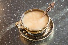 Kopp kaffe och godisar Arkivbild