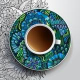 Kopp kaffe och hand dragen blom- prydnad Arkivbilder