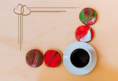 Kopp kaffe och hemlagade kakor som dekoreras med fondanten Royaltyfri Foto