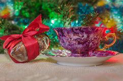 Kopp kaffe och julgåvor Arkivfoto