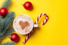 Kopp kaffe och julgodis arkivbild