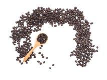 Kopp kaffe- och kaffebönor på träskeden på den vita backgrouen Royaltyfria Bilder