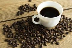 Kopp kaffe och kaka p? tr?tabellen arkivfoto