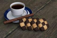 Kopp kaffe och kakor i rad på en gammal tabell Royaltyfri Fotografi