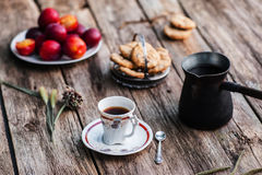 Kopp kaffe och kruka med smakliga mellanmål på trä Royaltyfri Foto